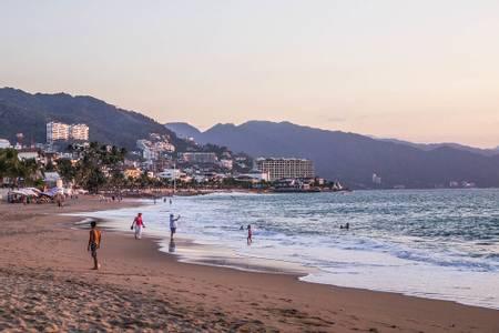 playa-los-muertos-puerto-vallarta beach
